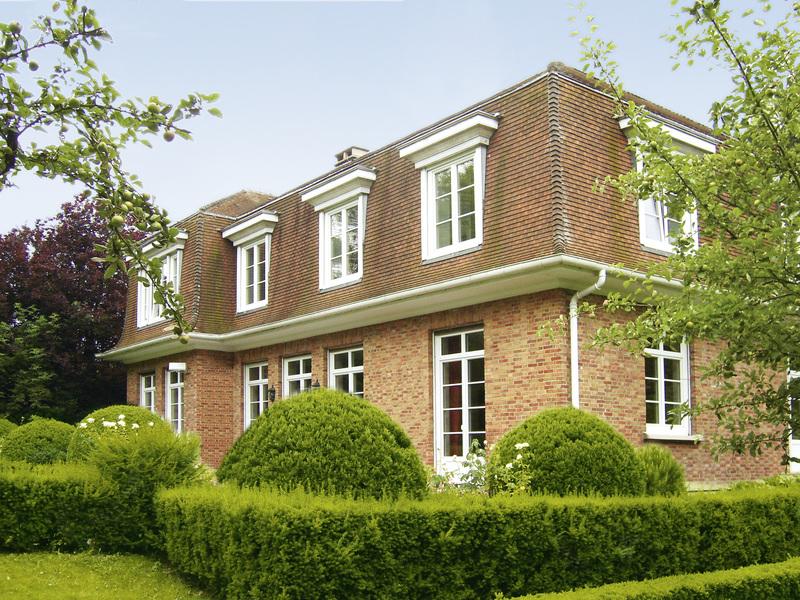 Okna drewniane czy drewniano-aluminiowe? Jakie wybrać budując dom?