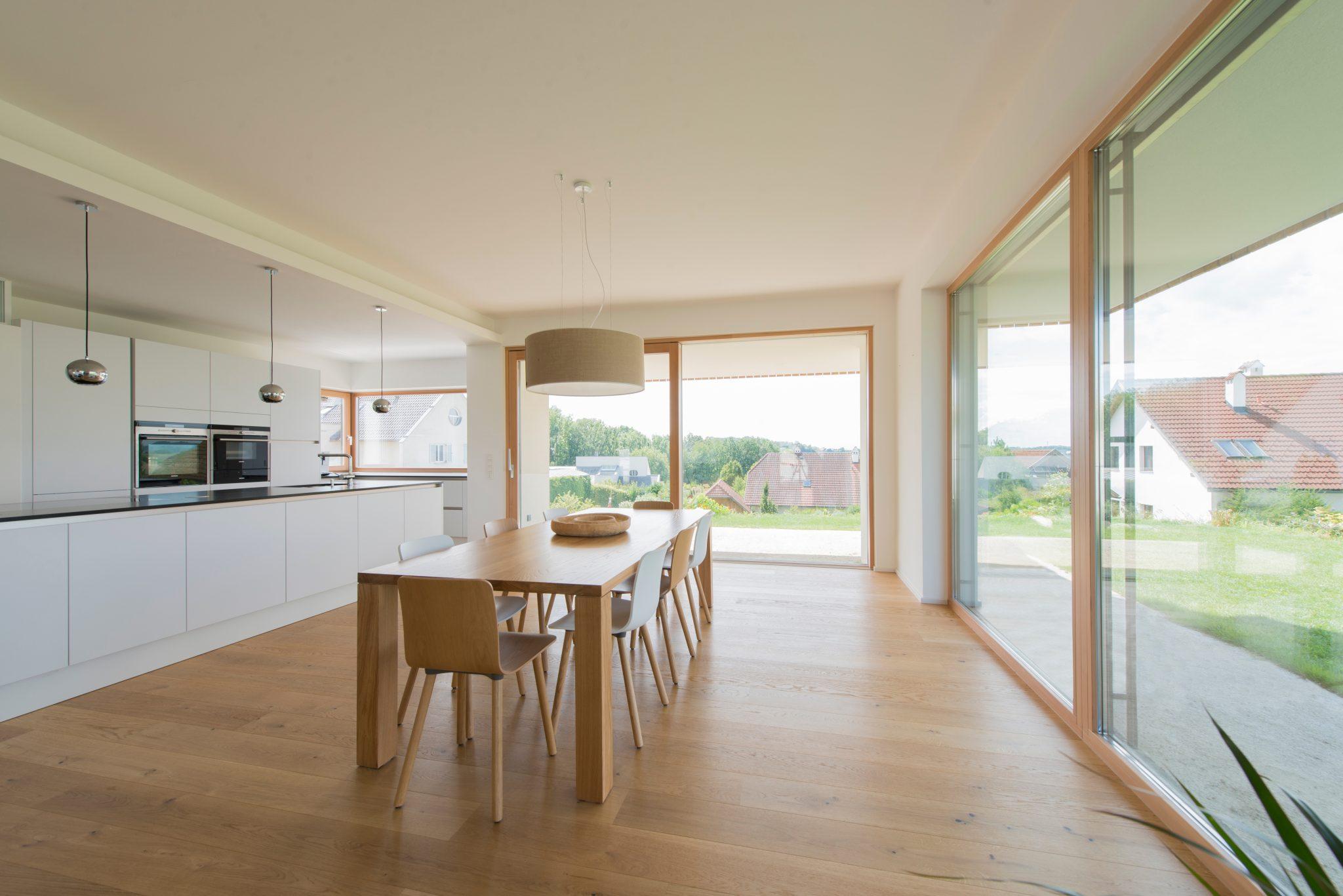 Okna drewniane czy drewniano-aluminiowe? Jakie wybrać, budując dom?